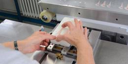 Décoration des produits par différentes matières : dépôt de vernis, laque, résine, ou encre sublimable